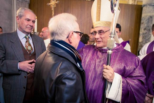 Il Vescovo saluta il fratello di don Pino Puglisi, Gaetano (foto di Flavio Leone).