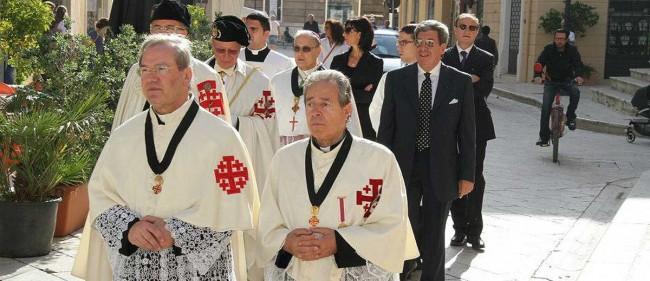 Don Pietro Accardi (il primo da sinistra) durante il raduno dell'Ordine Equestre del Santo Sepolcro, svoltosi a Mazara del Vallo.