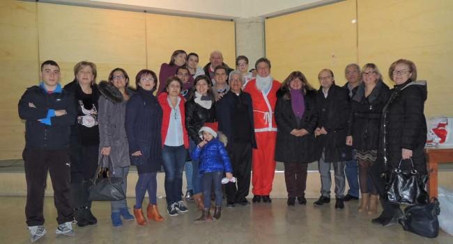 Il parroco don Baldassare Meli (al centro) con i soci del Leo Club di Castelvetrano.
