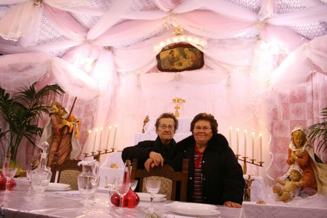 Il tipico altare allestito secondo la tradizione belicina: drappi, coperte e ori.