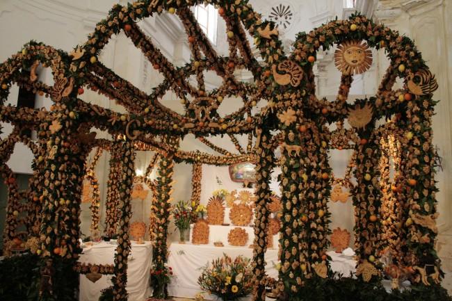 Un tipico altare a Salemi.