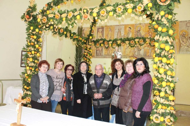 L'altare allestito presso la parrocchia Madonna di Fatima di Campobello di Mazara.