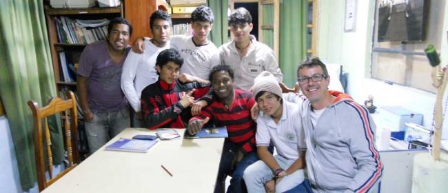 Angelo Di Girolamo (l'ultimo a destra) insieme ai ragazzi in Ecuador.