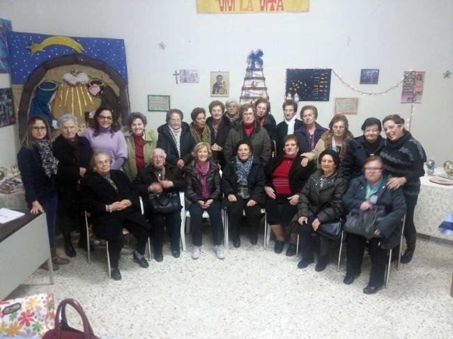 """Gli anziani del Centro """"Vivi la vita"""" insieme agli operatori e volontari."""