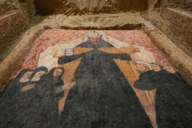 Uno degli affreschi della grotta del Santuario Madonna della Cava di Marsala.