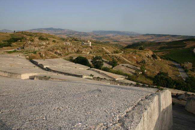 Il Cretto di Alberto Burri che oggi ricopre le macerie dell'antica città di Gibellina, rasa al suolo dal terremoto.