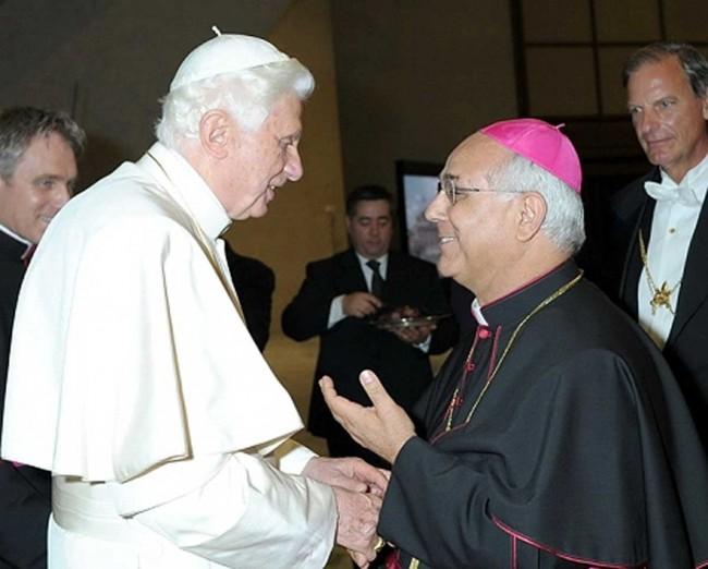 Monsignor Bertolone col Papa emerito Benedetto XVI.