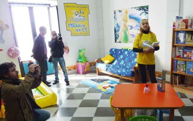 """La biblioteca dei bambini """"L'isola che non c'è"""" con la sua responsabile Maria Cristina Gallo."""