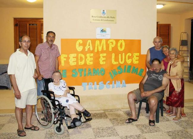 """I volontari dell'associazione """"Fede e Luce"""" con alcuni diversamente abili che hanno frequentato il campo estivo."""