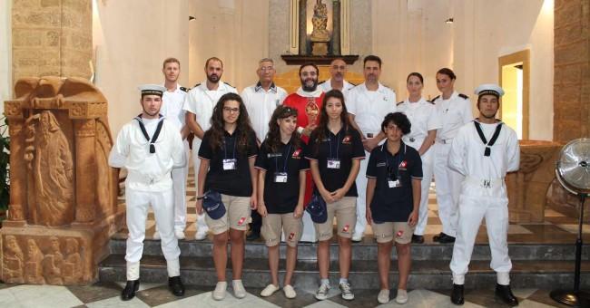Foto di gruppo con i dipendenti della Capitaneria e don Vincenzo Aloisi.