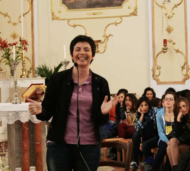 Chiara Amirante durante l'incontro nella chiesa madre di Petrosino.