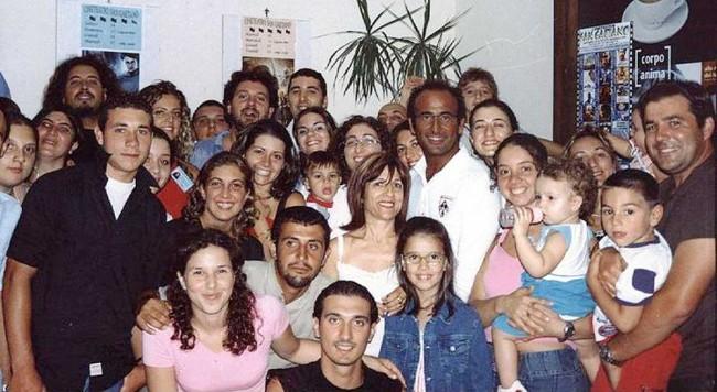 Carlo Conte (al centro) coi volontari di Pantelleria.