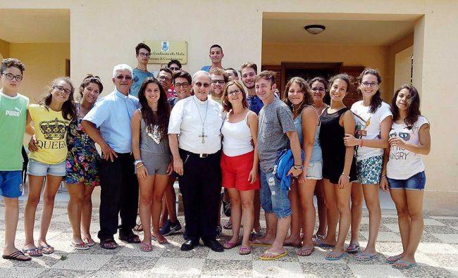 La visita del Vescovo al gruppo ospitato nel bene confiscato a Triscina.