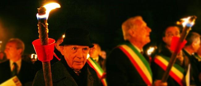 Lo scrittore Vincenzo Consolo durante una fiaccolata a Salaparuta, in occasione di un anniversario del terremoto nel Belice.
