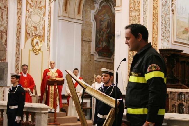 Il vigile del fuoco Roberto Lo Presti legge la preghiera dei Vigili del fuoco.