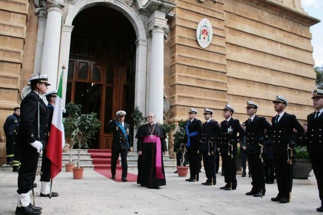 Il picchetto d'onore saluta il Vescovo e il comandante Accetta all'uscita della Cattedrale Ss. Salvatore di Mazara del Vallo.
