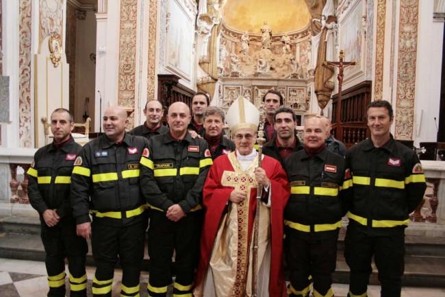 Foto di gruppo del Vescovo con una squadra del distaccamento dei Vigili del fuoco di Mazara del Vallo.