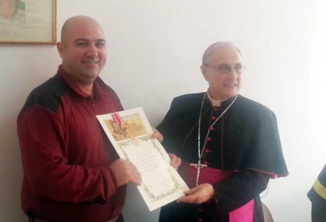 Il Vescovo consegna la croce d'anzianità al vigile del fuoco Giacomo Li Causi di Castelvetrano, in servizio presso il distaccamento di Pantelleria.