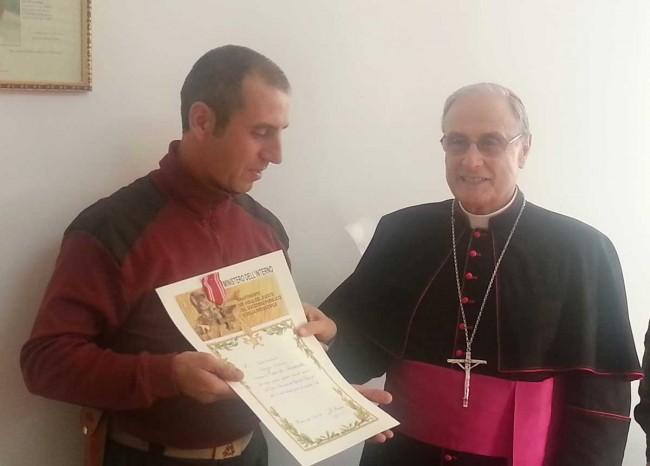 Il Vescovo consegna la croce d'anzianità al Vigile del fuoco Antonio Cucchiara di Campobello di Mazara.