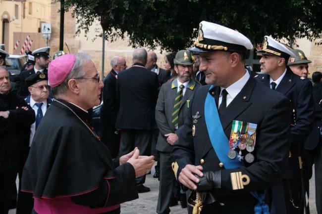 Il Vescovo con il comandante della Capitaneria di Porto di Mazara del Vallo, Davide Accetta.