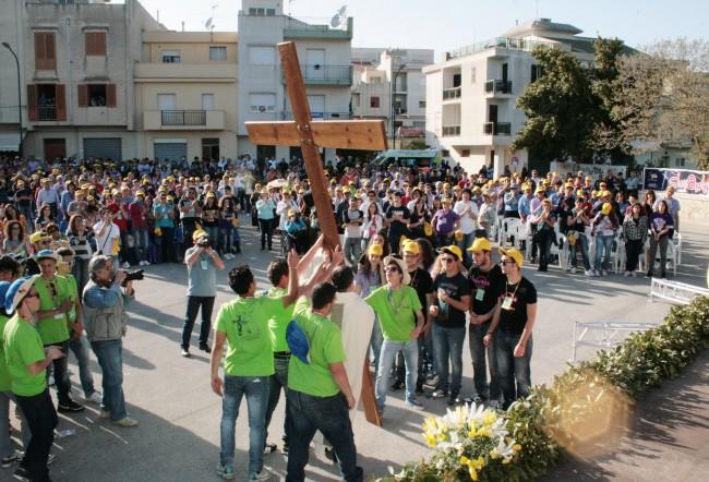 """La croce durante il passaggio tra i ragazzi di Santa Ninfa e quelli di Petrosino, durante l'edizione dello scorso anno di """"Giovaninfesta""""."""
