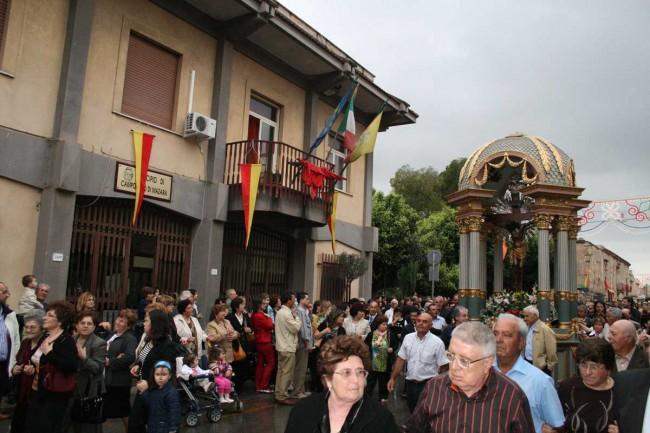 La Vara al passaggio davanti il palazzo municipale di Campobello.