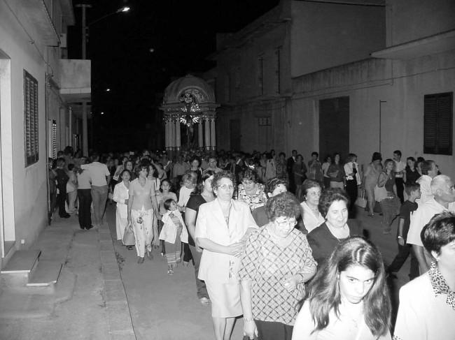 La Vara col Crocifisso durante la processione per le vie di Campobello.