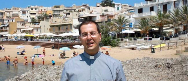 Don Davide Chirco allo scalo di Bruca (porto) a Marinella di Selinunte.