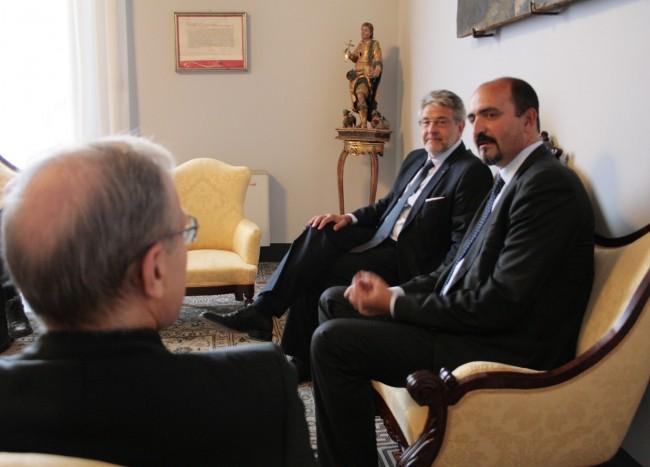 L'ex console a Bengasi, Guido De Sanctis durante la recente visita a Mazara del Vallo. Insieme a lui il presidente del Distretto della pesca, Giovanni Tumbiolo