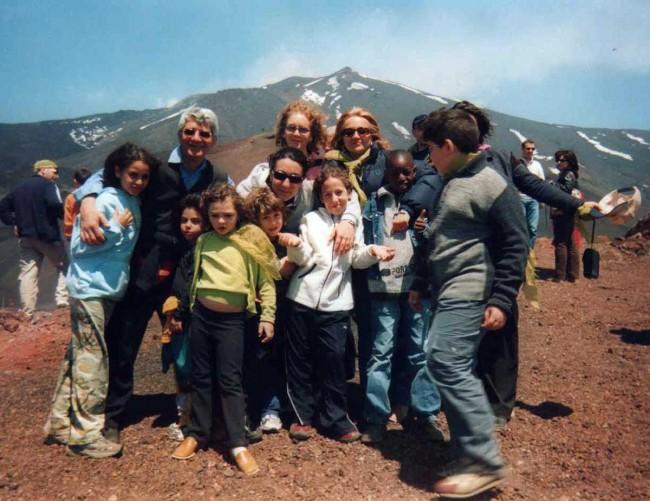 Don Meli nella sua esperienza all'oratorio Santa Chiara di Palermo: in questa foto coi bambini in gita sull'Etna.