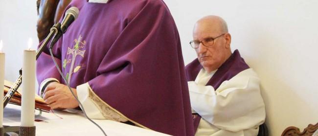 Don Diego Renda durante la santa messa presieduta dal Vescovo per la consueta visita degli ammalati dell'ospedale nel Natale scorso.