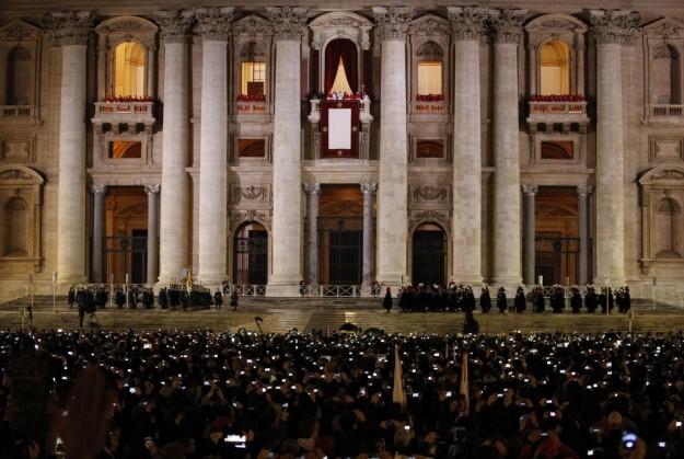 La folla e la Basilica di San Pietro.