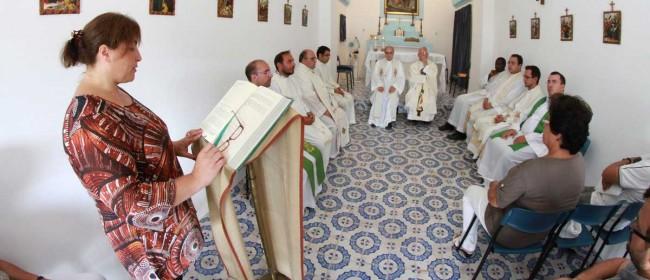 La celebrazione eucaristica nella piccola chiesa di San Vincenzo.