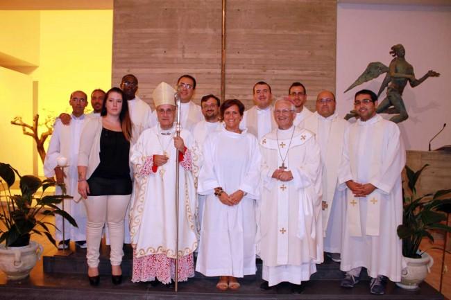 I due Vescovi, gli otto sacerdoti della Diocesi di Trapani e don Vito Impellizzeri, insieme all'adulta che ha ricevuto il sacramento della Confermazione nella chiesa madre di Pantelleria.