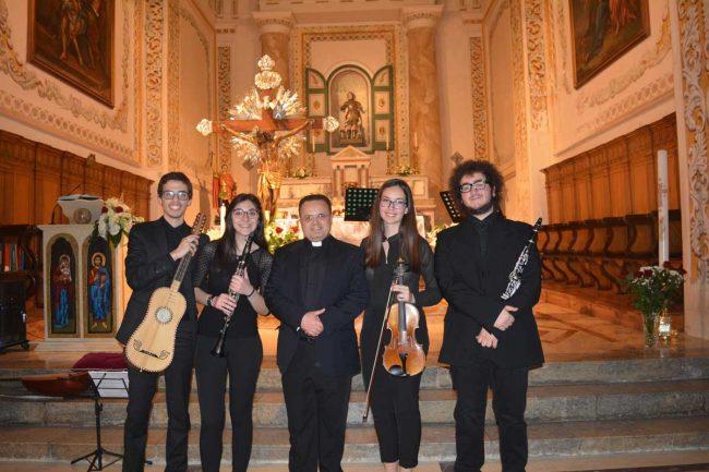 Il gruppo che si è esibito nel concerto di musica barocca, insieme al parroco don Nicola Patti.