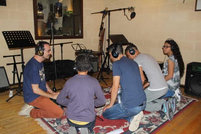 I ragazzi durante la registrazione, con Alfredo Giammanco.