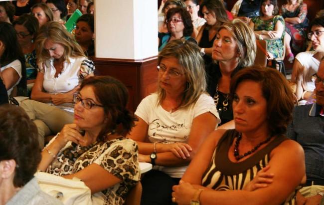 Alcune insegnanti di religione mentre seguono la relazione di don Daniele Saottini.