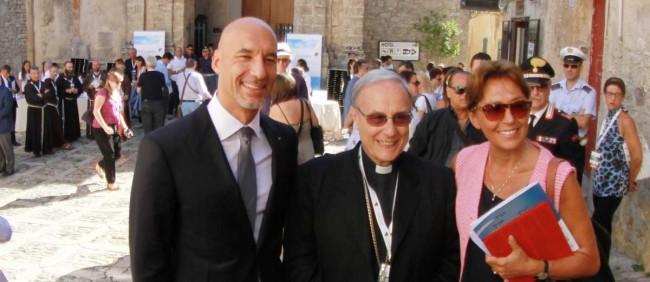 Carmen Lasorella (a destra), con il Vescovo Mogavero e l'astronauta siciliano Luca Parmitano, ad Erice lo scorso luglio.