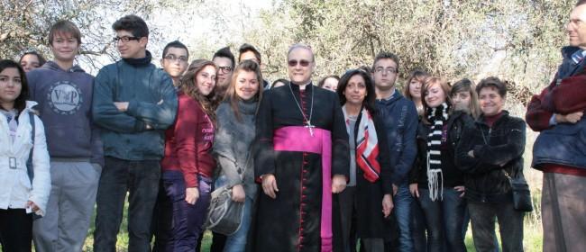 Il Vescovo insieme ad alcuni studenti durante la raccolta straordinaria di olive nel fondo confiscato a Gaetano Sansone, nel territorio di Castelvetrano.
