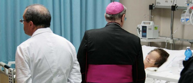 Il Vescovo visita una paziente in terapia intensiva nel reparto di Cardiologia.