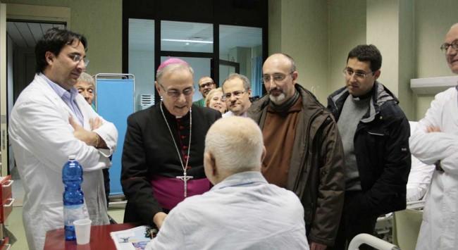 Il Vescovo incontra un paziente di Mazara del Vallo ricoverato in terapia intensiva dell'ospedale di Castelvetrano.