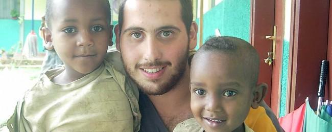 Mario Pellegrino con due bambini.