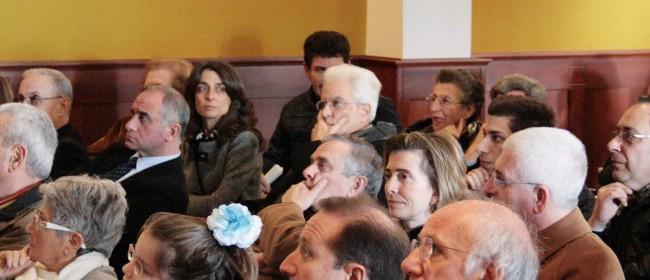 """Il neo presidente della Repubblica Sergio Mattarella in mezzo al pubblico, durante la presentazione del centro """"I giusti di Sicilia"""", nel dicembre del 2012."""