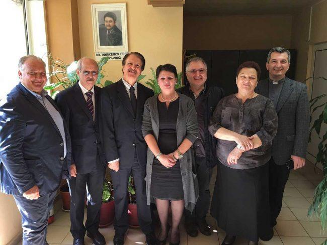 Da sinistra: Cipriano Sciacca (amministratore MCL Sicilia), Ubaldo Augugliaro (MCL Trapani), Antonio Di Matteo (vice presidente generale MCL), Luminita Sandu (vice presidente ANCAAR Craiova), Giorgio D'Antoni (segretario MCL Sicilia), Carmen Alexiu (presidente ANCAAR) e don Francisc Ungureanu (presidente MCL Romania).