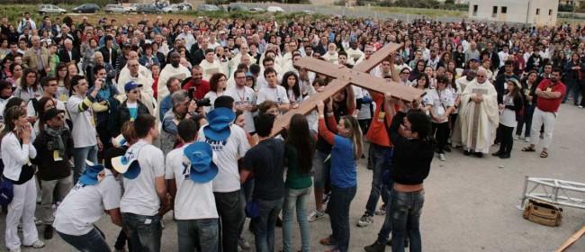 Il passaggio della croce tra i volontari di Petrosino e quelli di Vita.