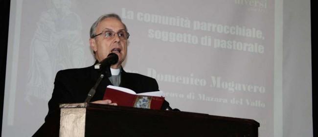 Il Vescovo durante la sua relazione.