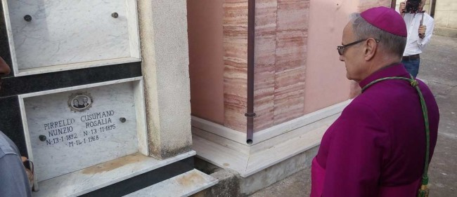 Il Vescovo sulla tomba dei coniugi Pirrello-