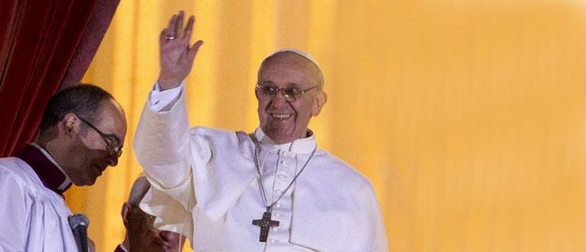 Papa Francesco saluta i fedeli dalla loggia centrale della Basilica di San Pietro.