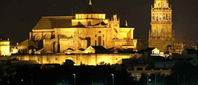 La Mezquita-Catedral di Corboba in notturna.