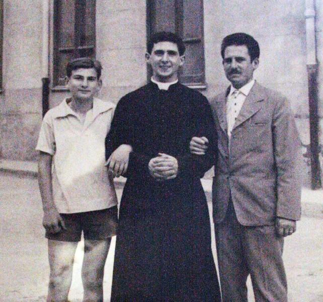 Pino Puglisi, ancora seminarista, insieme al fratello Gaetano (a destra).